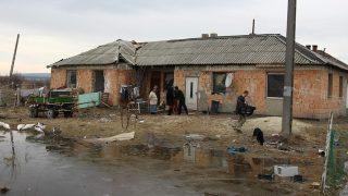 Zámoly, 2010. február 22.Családi ház Zámolyon, amelyet az Országos Cigány Önkormányzattól kapott húsz évre Lakatos Piroska és családja. Az OCÖ 2009. december 16-i közgyűlése döntött arról, hogy a tulajdonában lévő befejezetlen zámolyi ingatlan egy nehéz helyzetben élő zámolyi lakos tartós bérleménye legyen 20 évre, bérleti szerződéssel, bérleti díj nélkül.MTI Fotó: Koppán Viktor