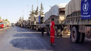 Aleppó, 2016. szeptember 20.A Szíriai Vörös Félhold honlapján közreadott képen az ENSZ segélyszállító teherautóinak konvoja készül a szíriai Aleppó tartomány nyugati térségébe 2016. szeptember 19-én. A konvojt ugyanezen a napon légitámadás érte a tartományi székhelytől, Aleppó várostól nyugatra, Urm al-Kubra településnél, miután a szíriai kormányhadsereg felmondta az Egyesült Államok és Oroszország megállapodásának alapján létrejött tűzszünetet. A szíriai konfliktust nyomon követő civil szervezet, az Emberi Jogok Szíriai Megfigyelőközpontja (OSDH) szerint a kormányerők bejelentését követően legalább 35 légitámadást hajtottak végre Aleppóban és környékén, amelyeknek legkevesebb 32 ember áldozatul esett. (MTI/EPA/Szíriai Vörös Félhold)