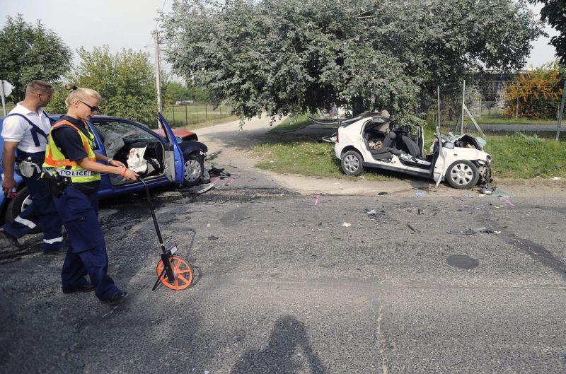 Taksony, 2016. szeptember 4. Rendõrök helyszínelnek a Pest megyei Taksonyban, ahol egy ember meghalt, három megsérült, amikor két személygépkocsi összeütközött 2016. szeptember 4-én. MTI Fotó: Mihádák Zoltán