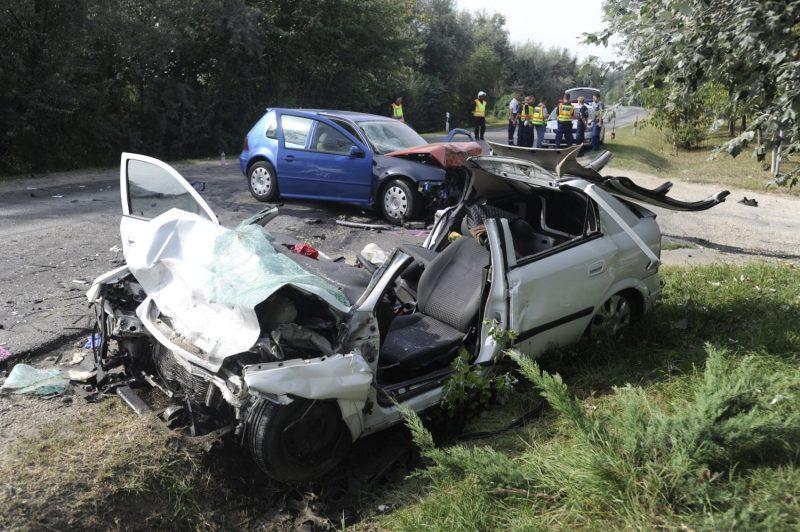 Taksony, 2016. szeptember 4. Összetört személygépkocsik, miután összeütköztek a Pest megyei Taksonyban 2016. szeptember 4-én. A balesetben egy ember meghalt, három súlyosan megsérült. MTI Fotó: Mihádák Zoltán