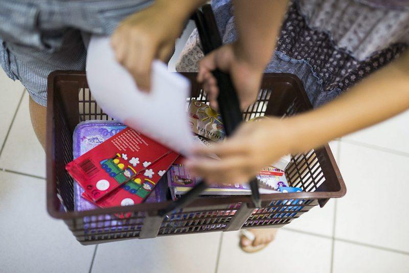 Nyíregyháza, 2014. augusztus 21.Cseh Attila és Cseh Zsófia iskolaszereket vásárol egy nyíregyházi papír-írószer üzletben 2014. augusztus 19-én.MTI Fotó: Balázs Attila