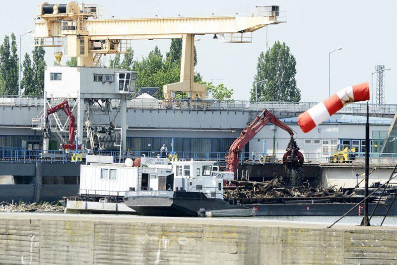 Kisköre, 2015. május 21.Uszályra emelik az uszadékot a Kiskörei Vízlépcsőnél 2015. május 21-én. Megtisztítják a Tisza-tavat a vízlépcsőnél felhalmozódott mintegy 2200 köbméter uszadéktól és kommunális hulladéktól.MTI Fotó: Mészáros János