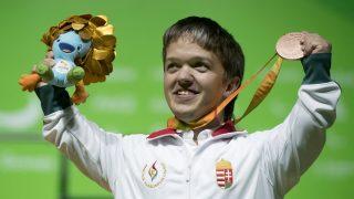 Rio de Janeiro, 2016. szeptember 8. A bronzérmes Tunkel Nándor az erõemelõk 49 kilogrammos súlycsoportjának eredményhirdetésén a Rio de Janeiró-i paralimpián 2016. szeptember 8-án. A sportoló a magyar küldöttség elsõ érmét szerezte meg. MTI Fotó: Koszticsák Szilárd