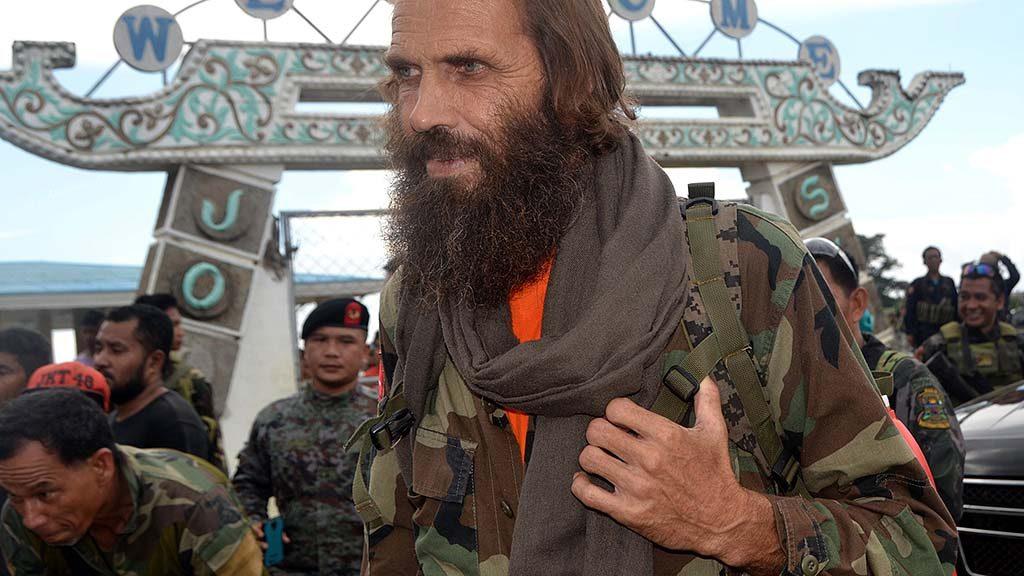 Jolo-szigetek, 2016. szeptember 18.Az egy éve elrabolt norvég Kjartan Sekkingstad, miután visszanyerte szabadságát a Fülöp-szigetek déli részén fekvő Jolo-szigeteken 2016. szeptember 18-án. A Fülöp-szigeteki Abu Szajjaf iszlamista terrorszervezet által egy éve elrabolt férfit a Moro Nemzeti Felszabadítási Front (MNLF) nevű muzulmán szakadár szervezet vezetője, Nur Misuari adta át Jesus Dureza elnöki tanácsadónak. Sekkingstadot, a kanadai Robert Hallt és John Ridsdelt, valamint a Fülöp-szigeteki Marites Flort tavaly szeptemberben rabolta el az Abu Szajjaf az ország délkeleti részén található Samal-sziget egyik üdülőkomplexumából. A két kanadait áprilisban és júniusban lefejezték, mert nem kapták meg az értük követelt váltságdíjat, Fülöp-szigeteki társukat azonban júniusban szabadon engedték. (MTI/AP/Nickee Butlangan)
