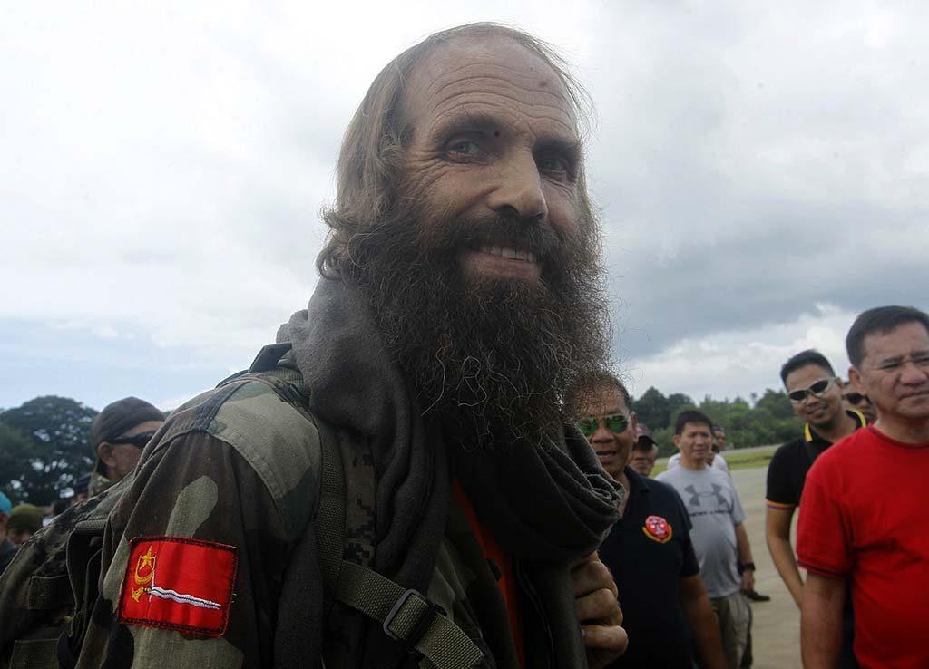 Jolo-szigetek, 2016. szeptember 18.Az egy éve elrabolt norvég Kjartan Sekkingstad, miután visszanyerte szabadságát a Fülöp-szigetek déli részén fekvő Jolo-szigeteken 2016. szeptember 18-án. A Fülöp-szigeteki Abu Szajjaf iszlamista terrorszervezet által egy éve elrabolt férfit a Moro Nemzeti Felszabadítási Front (MNLF) nevű muzulmán szakadár szervezet vezetője, Nur Misuari adta át Jesus Dureza elnöki tanácsadónak. Sekkingstadot, a kanadai Robert Hallt és John Ridsdelt, valamint a Fülöp-szigeteki Marites Flort tavaly szeptemberben rabolta el az Abu Szajjaf az ország délkeleti részén található Samal-sziget egyik üdülőkomplexumából. A két kanadait áprilisban és júniusban lefejezték, mert nem kapták meg az értük követelt váltságdíjat, Fülöp-szigeteki társukat azonban júniusban szabadon engedték. (MTI/EPA/Ben Hajan)
