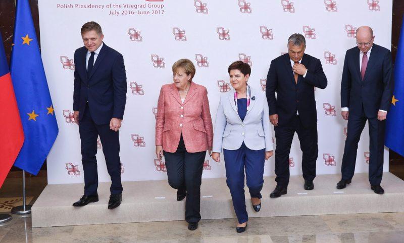 Varsó, 2016. augusztus 26. Robert Fico szlovák kormányfõ, Angela Merkel német kancellár, Beata Szydlo lengyel kormányfõ, Orbán Viktor miniszterelnök és Bohuslav Sobotka cseh kormányfõ (b-j) csoportkép készítése után a visegrádi országok (V4) csúcstalálkozóján Varsóban 2016. augusztus 26-án. A V4-ek vezetõi és Angela Merkel német kancellár az Európai Unió jövõjérõl tárgyal a lengyel fõvárosban. (MTI/PAP/Rafal Guz)