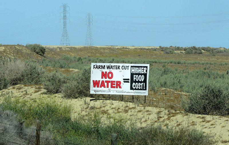 Központi völgy, 2015. április 7.A farmok vizének csökkentése - Nincs víz = Magasabb élelmiszerárak! jelentésű felirat egy út menti táblán, a kaliforniai Központi völgyben 2015. április 7-én. Jerry Brown, Kalifornia kormányzója április 1-jén elrendelte az állam első kötelező vízfelhasználási korlátozását a világ egyik legnagyobb mezőgazdasági térségében évek óta tartó súlyos aszály miatt. (MTI/EPA/Michael Nelson)