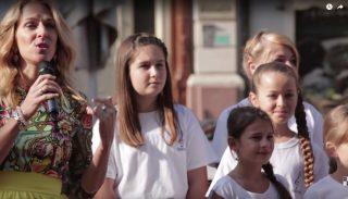 Wolf Kati és a gyerekkórus az utcán lepte meg a cukrászt