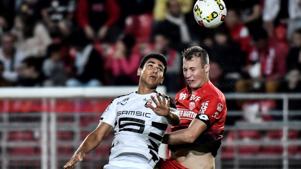 Rennes' French midfielder Benjamin Andre (L) vies with Dijon's Hungarian defender Adam Lang (R) during the French L1 football match Dijon (DFCO) vs Rennes on September 24, 2016 in Gaston Gerard stadium in Dijon.  / AFP PHOTO / JEFF PACHOUD