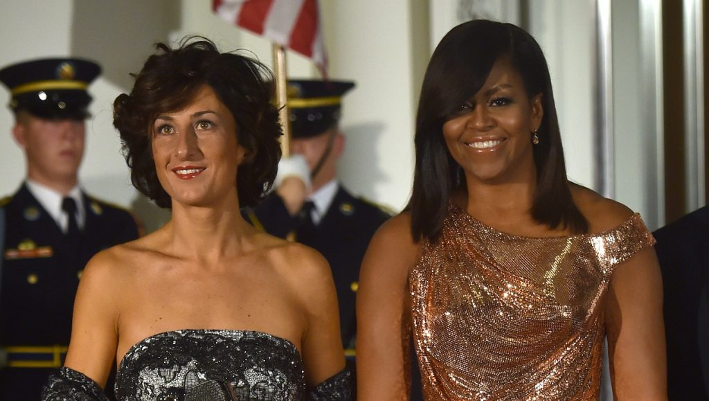 US First Lady Michelle Obama poses for a photo as she welcomes the wife of Italian Prime Minister, Agnese Landini, on the North Portico of the White House before a state dinner in Washington, DC on October 18, 2016. / AFP PHOTO / Nicholas Kamm