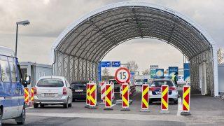Miklóshalma, 2016. október 30.Autók hajtanak át az osztrák-magyar határon, a miklóshalmai (Nickelsdorf) határátlépési pontnál, az ötven méter hosszú sátoralagút alatt 2016. október 30-án. A hegyeshalmi autópálya-átkelő közelében, közvetlenül a határvonalon megépült alagút acél tartóoszlopaira fehér ponyvát húztak, amellyel az osztrák rendőröket védik az időjárás viszontagságaitól ellenőrzések közben.MTI Fotó: Krizsán Csaba
