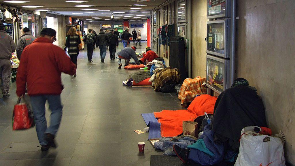 Budapest, 2016. február 26.Hajléktalanok hálóhelyei mellett haladnak el a járókelők a főváros V. kerületében, a Deák téri aluljáróban.MTVA/Bizományosi: Jászai Csaba ***************************Kedves Felhasználó!Ez a fotó nem a Duna Médiaszolgáltató Zrt./MTI által készített és kiadott fényképfelvétel, így harmadik személy által támasztott bárminemű – különösen szerzői jogi, szomszédos jogi és személyiségi jogi – igényért a fotó készítője közvetlenül maga áll helyt, az MTVA felelőssége e körben kizárt.