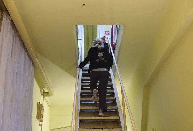 Budapest, 2016. október 3.Egy lakó az V. kerületi József nádor téri női átmeneti szállóban 2016. október 3-án. Sikertelenül próbálták kilakoltatni az Oltalom Karitatív Egyesület által működtetett szállót a főváros munkatársai.MTI Fotó: Bruzák Noémi