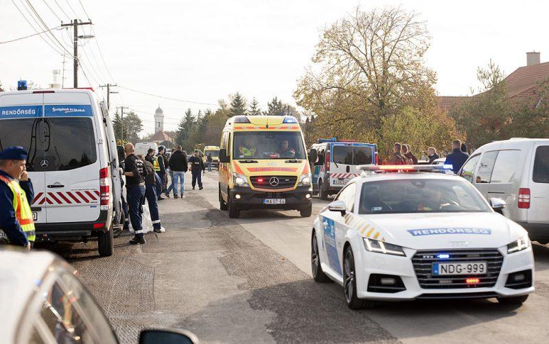 Bőny, 2016. október 26.A 74 éves, sérült elkövetőt viszi el egy mentőautó rendőri kísérettel 2016. október 26-án Bőny főutcáján, a szabadság úton, ahol lövöldözés volt.MTI Fotó: Krizsán Csaba