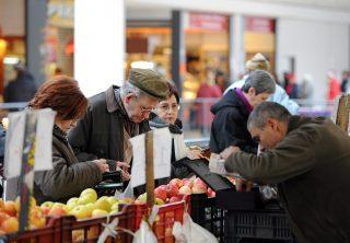 Debrecen, 2016. január 14.Vásárlók a debreceni Piaccsarnok egyik zöldség-gyümölcs standjánál. A több mint 6 500 négyzetméter hasznos alapterületű csarnokban 295 asztalról, 29 hűtőpultból és 31 üzlethelyiségből kínálják termékeiket a zöldség- és gyümölcstermelők és a hústermékeket árusító kereskedők.MTVA/Bizományosi: Oláh Tibor ***************************Kedves Felhasználó!Ez a fotó nem a Duna Médiaszolgáltató Zrt./MTI által készített és kiadott fényképfelvétel, így harmadik személy által támasztott bárminemű – különösen szerzői jogi, szomszédos jogi és személyiségi jogi – igényért a fotó készítője közvetlenül maga áll helyt, az MTVA felelőssége e körben kizárt.