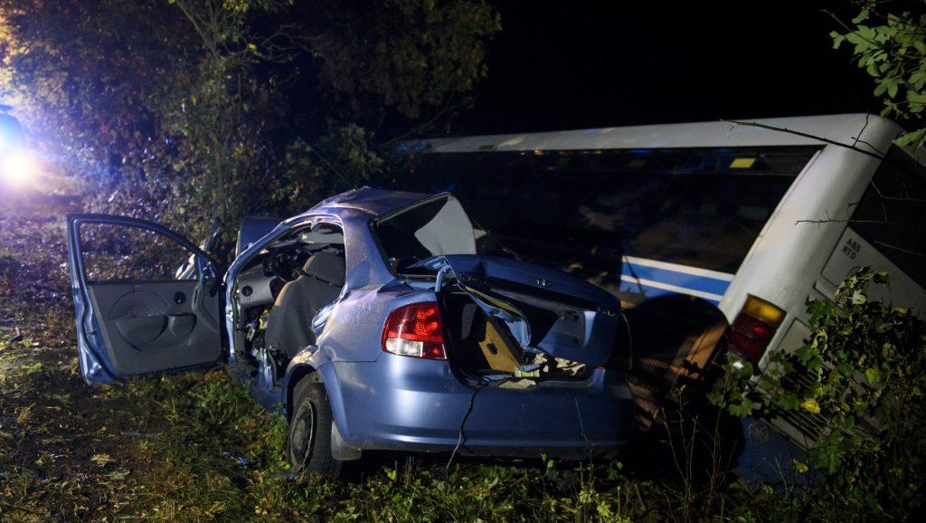 Érsekvadkert, 2016. október 6. Ütközésben összetört jármûvek 2016. október 6-án Érsekvadkert közelében, ahol eddig tisztázatlan körülmények között ütközött össze egy menetrend szerinti autóbusz és egy személygépkocsi. Az autóban utazó két gyermek és édesanyjuk meghalt. MTI Fotó: Komka Péter