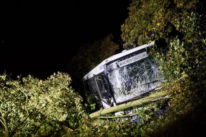 Érsekvadkert, 2016. október 6. Ütközésben összetört busz 2016. október 6-án Érsekvadkert közelében, ahol a jármû eddig tisztázatlan körülmények között ütközött össze egy személygépkocsival. Az autóban utazó két gyermek és édesanyjuk meghalt. MTI Fotó: Komka Péter