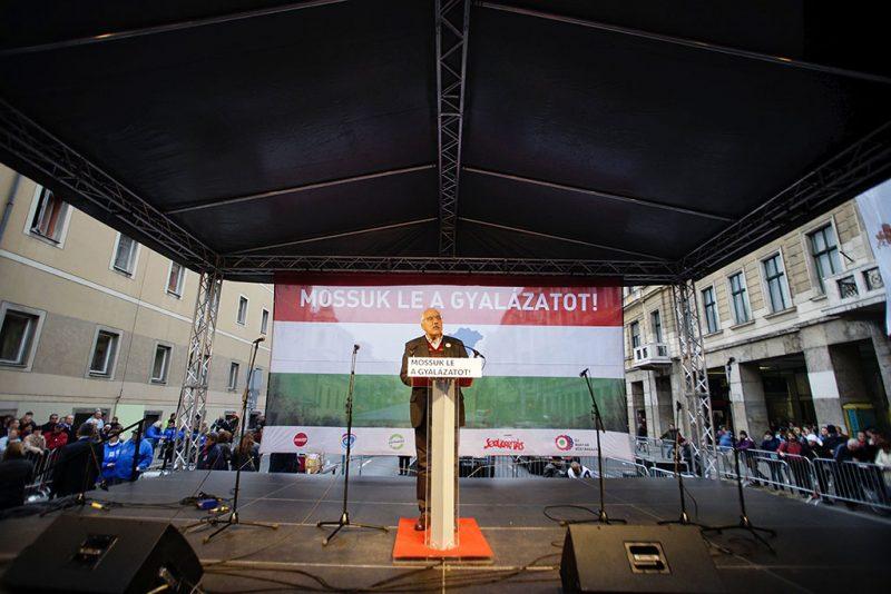"""Budapest, 2016. október 23. Bokros Lajos, a Modern Magyarország Mozgalom (MoMa) elnöke a baloldali ellenzéki pártok kormányellenes tüntetésén a Blaha Lujza téren 2016. október 23-án, az 1956-os forradalom és szabadságharc 60. évfordulóján. A """"Mossuk le a gyalázatot!"""" """"Emlékezés 1956 hőseire és tüntetés az európai Magyarországért"""" című rendezvényt magánszemélyek jelentették be, de azon ellenzéki politikai pártok vezetői is felszólalnak. MTI Fotó: Balogh Zoltán"""