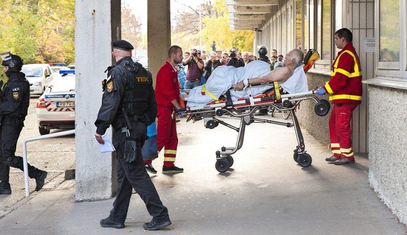 Gyõr, 2016. október 27. A bõnyi rendõrgyilkosság gyanúsítottját szállítják el a gyõri kórházból mentõk és a Terrorelhárítási Központ (TEK) munkatársai 2016. október 27-én. Gépkarabéllyal adott le öt-hat lövést Bõnyben egy idõs férfi 2016. október 26-án reggel, és megölt egy rendõrt. MTI Fotó: Krizsán Csaba