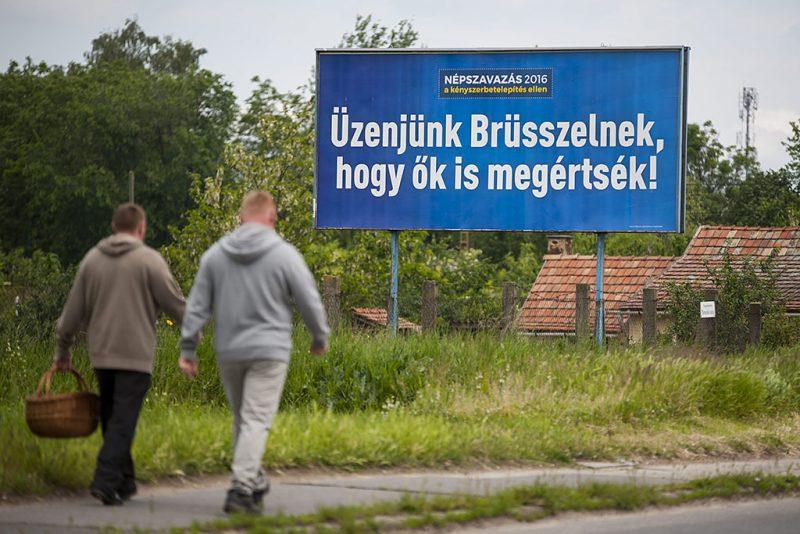 """Debrecen, 2016. május 18.A kényszerbetelepítés elleni népszavazáson való részvételre felhívó óriásplakát Debrecenben, a Kishatár utcában 2016. május 18-án. Kampányt indított május 13-án a magyar kormány, hogy minél többen vegyenek részt a kényszerbetelepítés elleni népszavazáson. A kampány fő üzenete: """"Üzenjünk Brüsszelnek, hogy ők is megértsék!""""  """"Elfogadhatatlan, hogy az Európai Bizottság 78 millió forintos fejenkénti büntetéssel fenyegetőzik arra az esetre, ha a tagországok nem fogadják el a kényszerbetelepítést. Eközben egy magyar emberre 1 millió forint uniós támogatás jut. Brüsszelt meg kell állítani"""" - olvasható a kormány május 13-án írt Facebook-posztjában.MTI Fotó: Czeglédi Zsolt"""