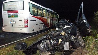 Gyõrszemere, 2016. október 3. Összetört személygépkocsi a 83-as úton Gyõr és Gyõrszemere között, miután a jármû, egy másik autó és egy autóbusz összeütközött 2016. október 2-án. A balesetben az autó vezetõje meghalt, a buszon utazók közül ketten megsérültek. MTI Fotó: Krizsán Csaba