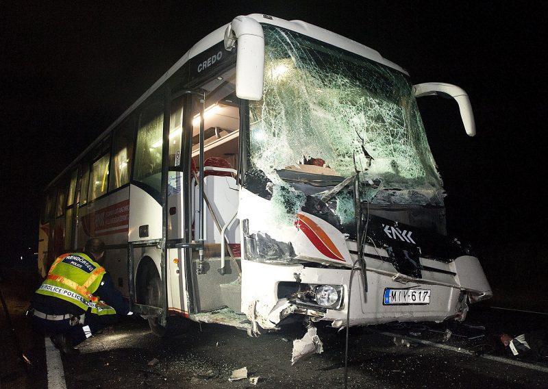 Gyõrszemere, 2016. október 3. Sérült autóbusz a 83-as úton Gyõr és Gyõrszemere között, miután a jármû és két személygépkocsi összeütközött 2016. október 2-án. A balesetben az egyik autó vezetõje meghalt, a buszon utazók közül ketten megsérültek. MTI Fotó: Krizsán Csaba