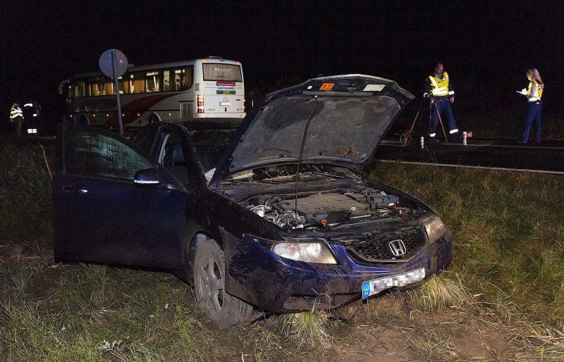 Gyõrszemere, 2016. október 3. Összetört személygépkocsi a 83-as úton Gyõr és Gyõrszemere között, miután a jármû, egy másik autó és egy autóbusz összeütközött 2016. október 2-án. A balesetben az egyik autó vezetõje meghalt, a buszon utazók közül ketten megsérültek. MTI Fotó: Krizsán Csaba