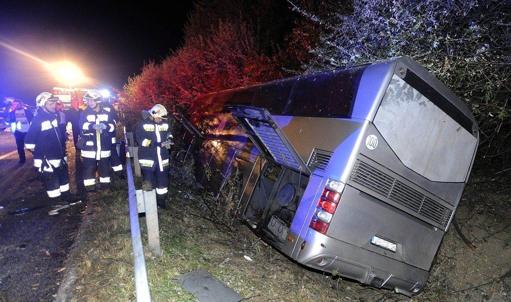 Bicske, 2016. október 5. Autóbusz az M1-es autópálya melletti árokban, Bicske közelében, miután személygépkocsival ütközött 2016. október 4-én. A balesetben ketten súlyosan megsérültek. MTI Fotó: Mihádák Zoltán