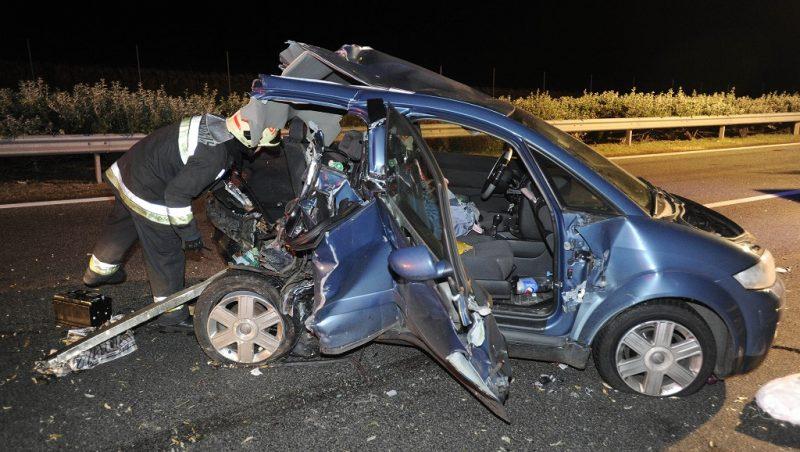 Bicske, 2016. október 5. Személygépkocsi az M1-es autópályán, Bicske közelében, miután autóbusszal ütközött 2016. október 4-én. A balesetben ketten súlyosan megsérültek. MTI Fotó: Mihádák Zoltán