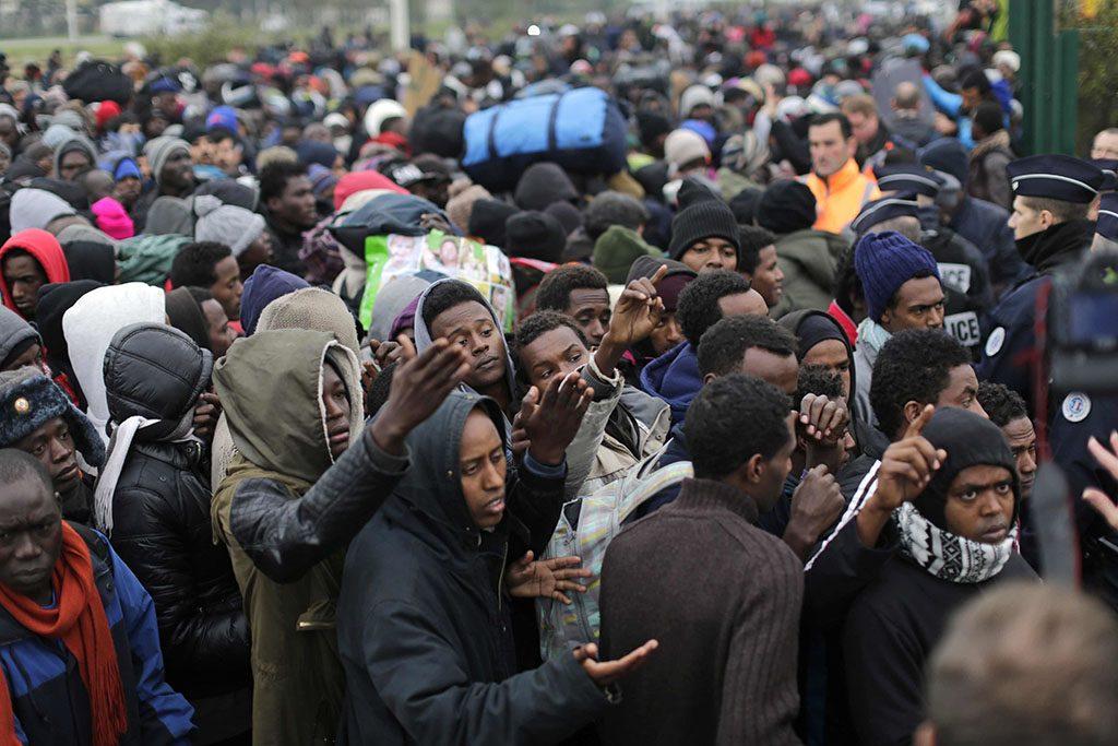 Calais, 2016. október 24.A nyugat-franciaországi Calais-nál kialakult, Dzsungel néven ismertté vált migránstábor lakói regisztrációért állnak sorban, mielőtt elhagyják az átmeneti szállást 2016. október 24-én. Ezen a napon a francia hatóságok megkezdték a tábor felszámolását, amely során a mintegy 6400, elsősorban szudáni, eritreai és afgán állampolgárt buszokkal szállítják át az ország különböző pontjain kialakított 287 átmeneti befogadóközpontba. A kiürítés a tervek szerint egy hét alatt lezajlik, az első napon 2400 embernek kell elhagynia a tábort. (MTI/AP/Emilio Morenatti)