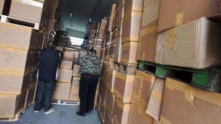 Ártánd, 2010. január 17. Hamis parfümöket tartalmazó dobozokat pakolnak a Vám- és Pénzügyõrség ártándi hidegraktárában abból a  mintegy 850 millió forint értékû készletbõl, amelyet a pénzügyõrök Püspökladánynál foglaltak le. A rekordmennyiségû - 53 ezer darab - hamis termékre a debreceni vámhivatal járõrei közúti ellenõrzés közben bukkantak egy román rendszámú kamionban. MTI Fotó: Oláh Tibor