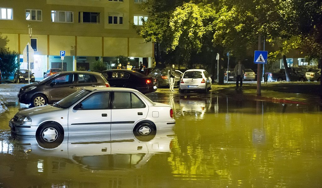 Budapest, 2016. október 11. Vízben álló autók a III. kerületi a Perc utcában, ahol eltört egy 400 milliméteres víznyomócsõ 2016. október 11-ére virradó éjjel. MTI Fotó: Lakatos Péter