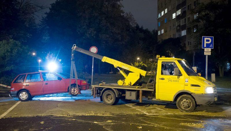 Budapest, 2016. október 11. Elszállítanak egy személygépkocsit a III. kerületi a Perc utcában, ahol eltört egy 400 milliméteres víznyomócsõ a Lajos utca és a Perc utca keresztezõdésénél 2016. október 11-ére virradó éjjel. MTI Fotó: Lakatos Péter