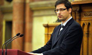 Budapest, 2016. április 12. Gulyás Gergely, a Fidesz vezérszónoka, az Országgyûlés törvényalkotási bizottságának elnöke a vasárnapi boltzár eltörlésérõl szóló javaslat vitájában az Országgyûlés plenáris ülésén 2016. április 12-én. MTI Fotó: Kovács Attila