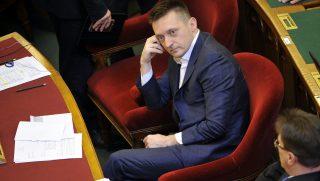 Budapest, 2016. április 12. Rogán Antal, a Miniszterelnöki Kabinetiroda vezetõje a vasárnapi boltzár eltörlésérõl szóló javaslat szavazása elõtt az Országgyûlés plenáris ülésén 2016. április 12-én. Az Országgyûlés visszavonta a boltok vasárnapi zárva tartását elõíró szabályozást, a javaslatot a képviselõk 163 igen szavazattal, 2 nem ellenében és 11 tartózkodás mellett fogadták el. MTI Fotó: Kovács Attila