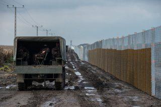 Gara, 2016. október 28.Az új, második határkerítés kísérleti szakaszának telepítése a Bács-Kiskun megyei Garánál 2016. október 26-án. Bácsszentgyörgy és Gara között a műszaki zárat jelenleg összesen 10,3 kilométer hosszúságban fogvatartottak építik.MTI Fotó: Ujvári Sándor