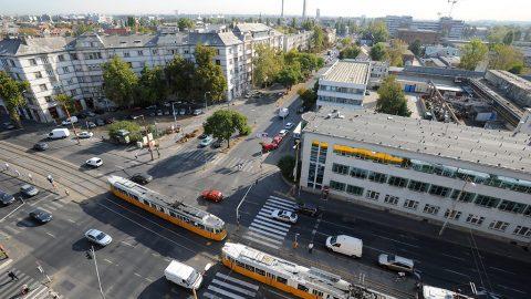 Budapest, 2011. szeptember 29.Járművek haladnak a Fehérvári út, az Etele út és Hengermalom út találkozásánál lévő kereszteződésben, Budapesten. Az 1-es villamos vonala a Rákóczi hídi végállomásától továbbépül a Szerémi út – Hengermalom út nyomvonalon, csatlakozást biztosítva a Fehérvári úti villamosokhoz. Az új vonalszakasz hossza 3050 méter, melyből a Szerémi és Etele úti szakasz füvesített pályaként valósul meg. Új megállók létesülnek a Nádorkerti útnál, a Budafoki útnál, a Hauszmann Alajos utcánál, a Hengermalom útnál, és a Fehérvári útnál. MTI Fotó: Manek Attila