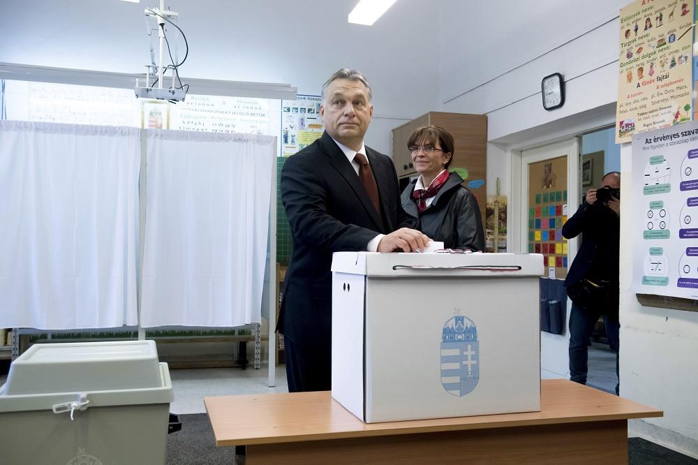 Budapest, 2016. október 2. Orbán Viktor miniszterelnök leadja szavazatát a XII. kerületi Zugligeti Általános Iskolában kialakított 53. szavazókörben a kvótareferendum napján, 2016. október 2-án. A népszavazást a nem magyar állampolgárok Magyarországra történõ kötelezõ betelepítésével kapcsolatban írták ki. Mellette felesége, Lévai Anikó. MTI Fotó: Koszticsák Szilárd