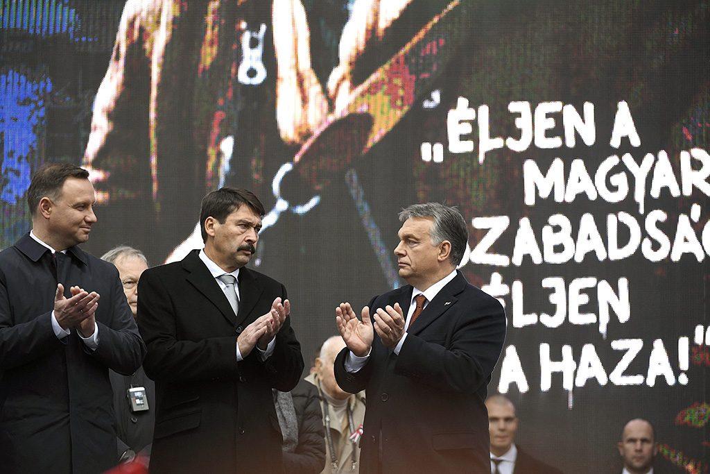 Budapest, 2016. október 23.Andrzej Duda lengyel és Áder János magyar köztársasági elnök, valamint Orbán Viktor miniszterelnök (b-j) az 1956-os forradalom és szabadságharc 60. évfordulója alkalmából, 1956-2016 - A szabad Magyarországért! címmel tartott díszünnepségen az Országház előtti Kossuth Lajos téren 2016. október 23-án.MTI Fotó: Koszticsák Szilárd