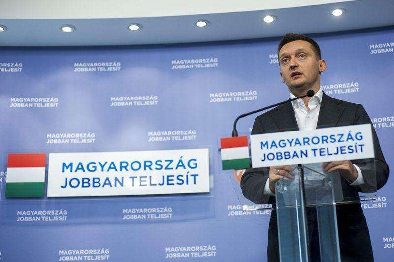 Budapest, 2015. február 6.Rogán Antal, a Fidesz frakcióvezetője beszél a Harrach Péterrel, a Kereszténydemokrata Néppárt (KDNP) frakcióvezetőjével tartott sajtótájékoztatón a Fidesz-KDNP mezőkövesdi kihelyezett frakcióülése után Budapesten, az Országgyűlés Irodaházában 2015. február 6-án.MTI Fotó: Marjai János