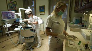 Mosonmagyaróvár, 2011. december 9. Ebedli Ivett fogorvos (b) és Ádám Andrea dentálhigiénikus kezeli az osztrák Rosa Manzlt a mosonmagyaróvári Diamant-Dent Fogegészségügyi Intézetben 2011. december 9-én. Nagyszámú külföldi vendég veszi igénybe a Magyarországon olcsóbb egészségügyi szolgáltatásokat, köztük a fogászati szakrendelést. MTI Fotó: Krizsán Csaba