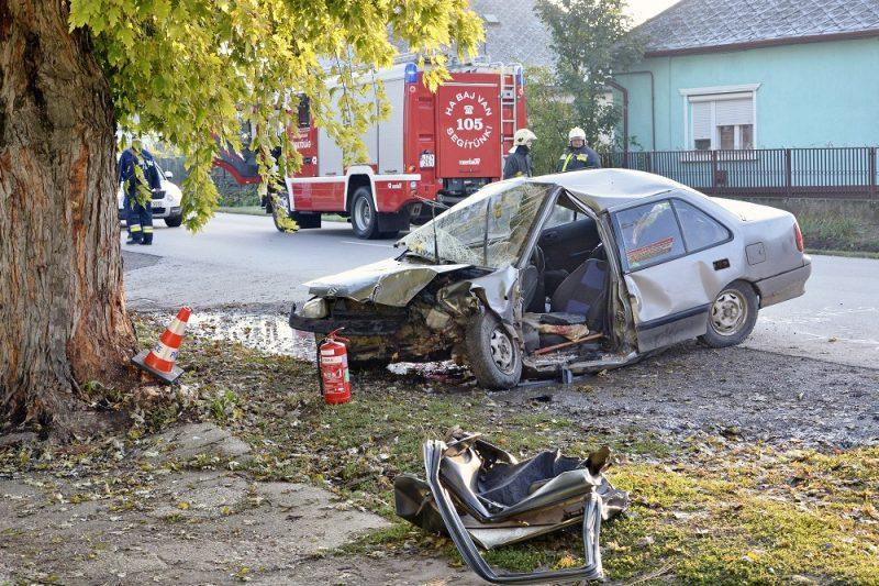 Buj, 2016. október 8. Fának ütközött és összetört személygépkocsi a Szabolcs-Szatmár-Bereg megyei Buj belterületén a Rákóczi utcában 2016. október 8-án. A balesetben egy ember meghalt, három súlyosan, egy pedig könnyebben megsérült. MTI Fotó: Taipusz Attila