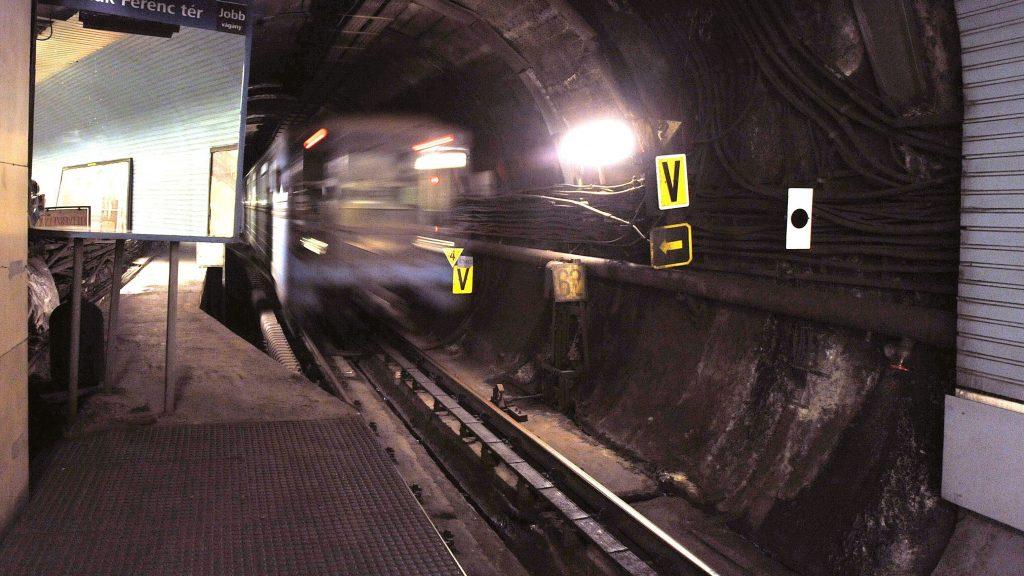 Budapest, 2011. december 13. Metrószerelvény indul a Deák téri állomásról. 2011. december 13-tól 80 km/óráról 60 km/órára korlátozták a legnagyobb megengedett sebességet a 3-as metró teljes vonalán. A beszivárgó talajvíz miatt korrodálódott vasbeton pályalemezek terhelését csökkentik a korlátozással. MTI Fotó: Máthé Zoltán