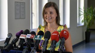 Budapest, 2016. augusztus 8. Dúró Dóra, az Országgyûlés kulturális bizottságának jobbikos elnöke sajtótájékoztatót tart a külföldön élõ és dolgozó magyarok kényszerbetelepítés elleni népszavazásával (kvótareferendum) kapcsolatban tartott ötpárti egyeztetés után az Országgyûlés Irodaházában 2016. augusztus 8-án. Az egyeztetést a Jobbik kezdeményezte, amelyen még a Fidesz és az LMP vett részt. MTI Fotó: Máthé Zoltán