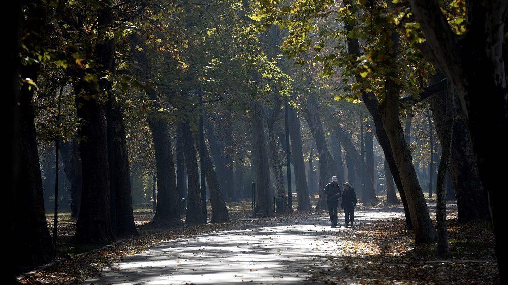 Budapest, 2015. november 4. Egy férfi és egy nõ sétál a budapesti Városligetben 2015. november 4-én. MTI Fotó: Bruzák Noémi