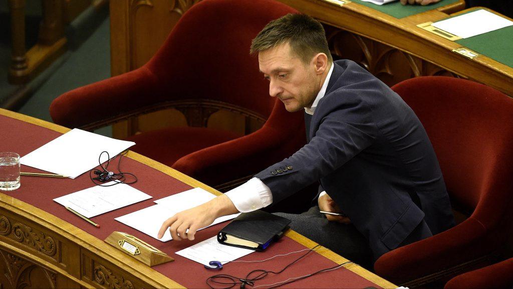Budapest, 2016. október 25. Rogán Antal, a Miniszterelnöki Kabinetirodát vezetõ miniszter szavaz az Országgyûlés plenáris ülésén 2016. október 25-én. MTI Fotó: Bruzák Noémi