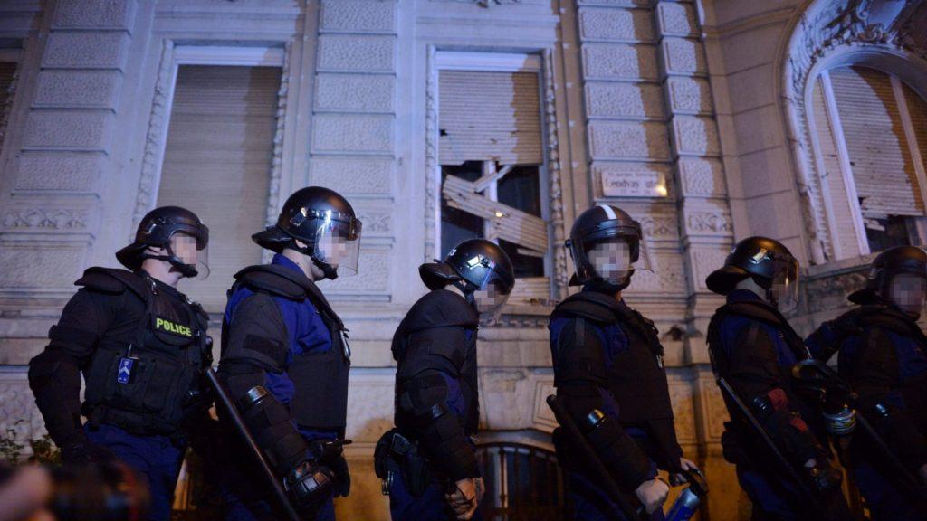 Internetadó - A tüntetés lezárása után többen megdobálták a Fidesz-székházat