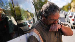 Debrecen, 2016. szeptember 27. Bárándy Attila kamionsofõr - akit szeptember 22-én migránsok vertek meg Calais-nál - megérkezik Franciaországból debreceni otthonához 2016. szeptember 27-én. A férfit a Calais felé tartó autópálya egyik parkolójában támadták meg a migránsok. Magyarországon további orvosi kezelésekre lesz szüksége. MTI Fotó: Czeglédi Zsolt