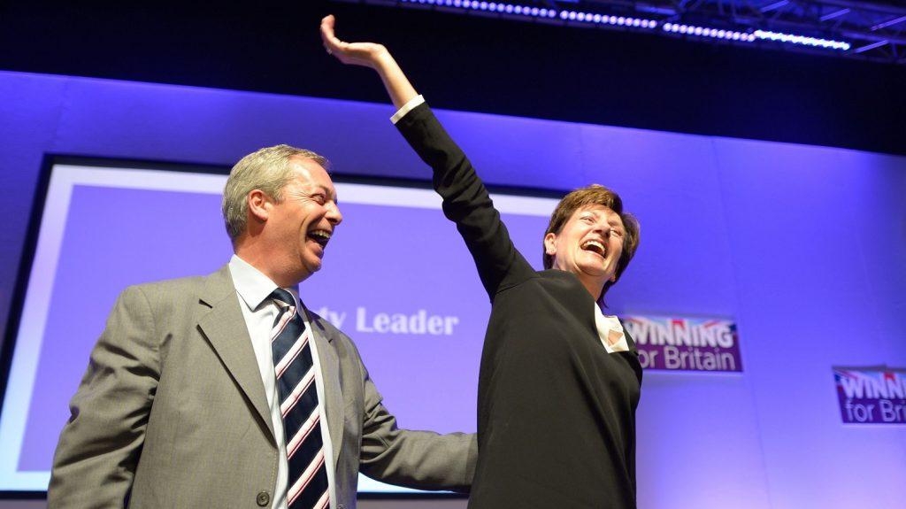 Bournemouth, 2016. szeptember 16. Nigel Farage brit európai parlamenti képviselõ, az Egyesült Királyság Függetlenség Pártjának (UKIP) volt vezetõje (b) gratulál Diane James-nek, a párt új vezetõjének a UKIP bournemouth-i konferenciáján 2016. szeptember 16-án. (MTI/AP/PA/Ben Birchall)