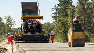 Gyõr, 2016. augusztus 2. Munkások dolgoznak a pályaszerkezet építésén a Gyõrt keletrõl elkerülõ 813-as fõút építésének második ütemén a város határában 2016. augusztus 2-án. A második ütemben épülõ útszakasz 3,329 milliárd forintból 2016 végére készül el, hossza 3,8 kilométer és kétszer egysávos lesz, három körforgalmat és egy felüljárót foglal magába. A beruházó Nemzeti Infrastruktúrafejlesztõ Zrt. (NIF Zrt.) tájékoztatása szerint a teljes, 13,4 kilométer hosszú, Gyõrt elkerülõ út 2017 év végére fog elkészülni, amely összeköti az M1-es autópályát a 14-es úttal. MTI Fotó: Krizsán Csaba